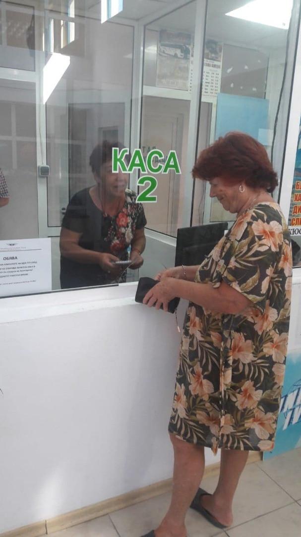 Първият клиент, закупил билет от билетната каса в град Приморско.